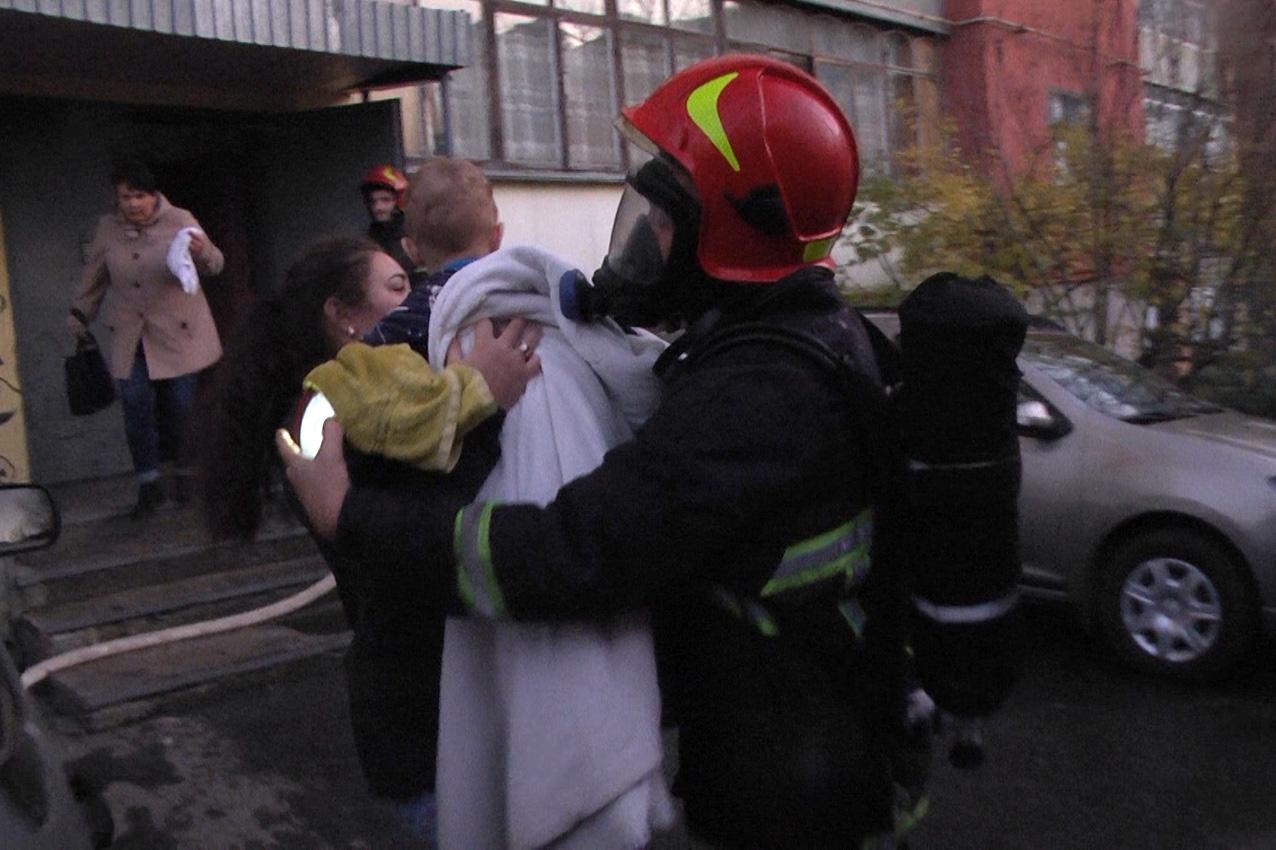 м. Хмельницький: під час пожежі у квартирі дев'ятиповерхового житлового будинку врятовано 6 людей