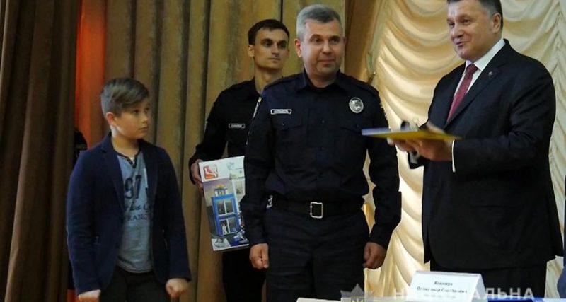 Аваков після відкриття кінологічного центру вручив правоохоронцям ключі від квартир