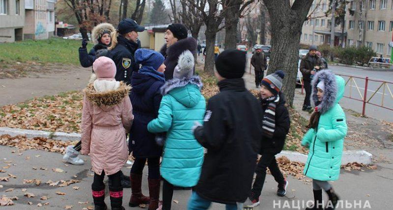 У Хмельницькому патрульні разом з дітьми виховували злісних пішоходів-порушників