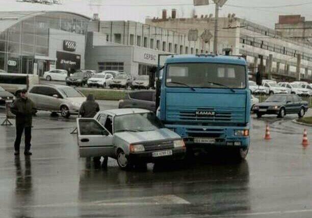 На в'їзді до обласного центру Камаз протаранив Славуту