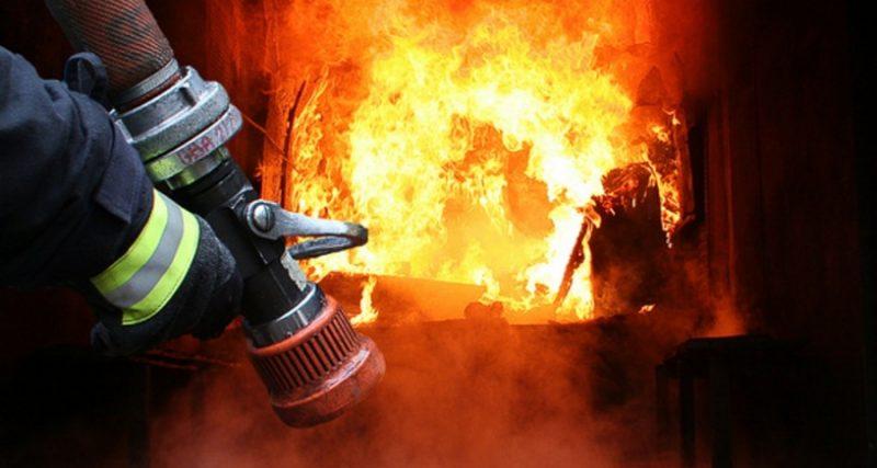 Гаряча доба: на Хмельниччині вогонь охопив три житлові будинки. Одна людина загинула.