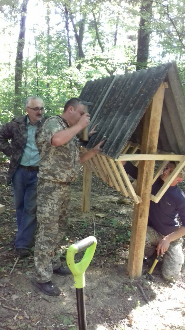 Лісівники облаштували мисливські угіддя годівницями