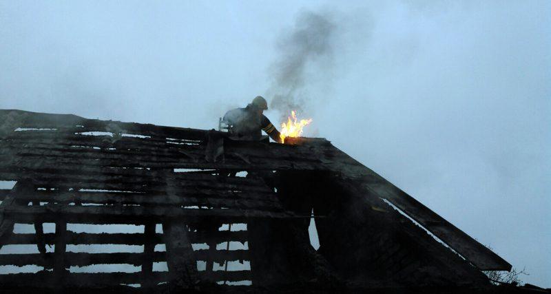 Полонський район: вогнеборці врятували господарчу будівлю від вогню в смт Понінка