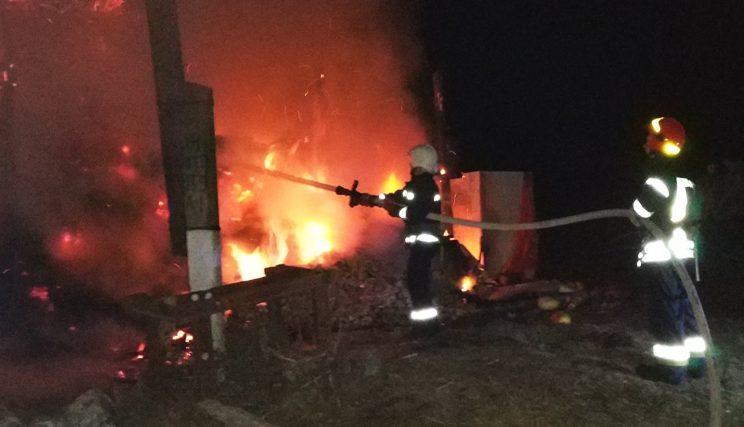 Красилівські рятувальники приборкали пожежу господарчої будівлі