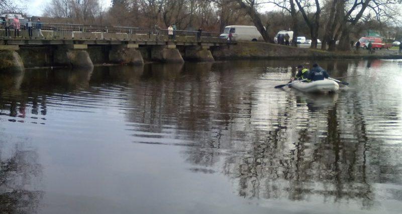 Старокостянтинівський район: рятувальники витягли з річки тіло загиблого чоловіка