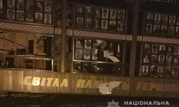 Поліцейські оголосили про підозру чоловіку, який пошкодив меморіал на честь Героїв Небесної Сотні та воїнів АТО