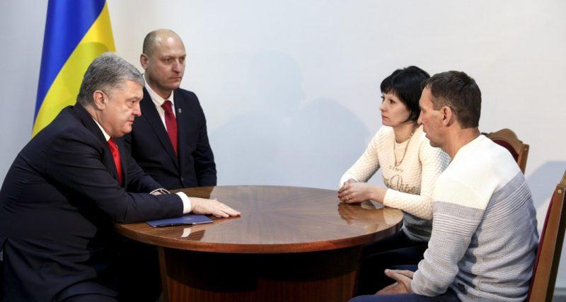 Президент на Хмельниччині зустрівся з рідними одного із захоплених в російський полон українських моряків