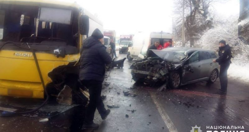 На Хмельниччині «Тойота Авентіс» зіткнулася з рейсовим автобусом