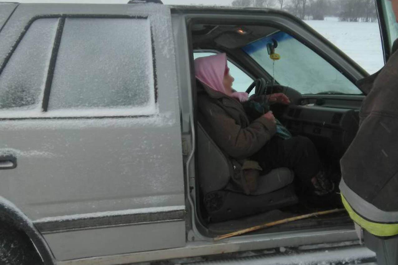 На Чемеровеччині рятувальники витягли з кювету автівку, де була хвора жінка