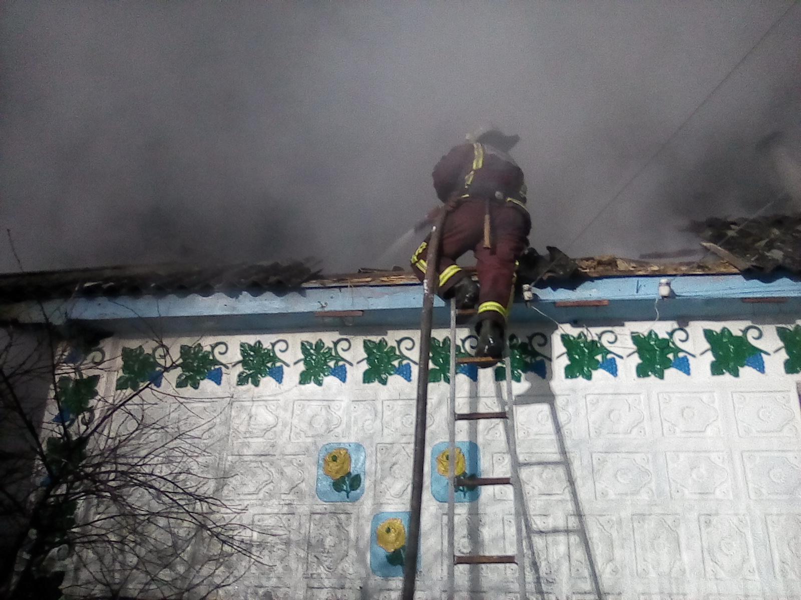 Оперативно ліквідувавши пожежу житлового будинку, вогнеборці врятували від вогню сусідні будівлі