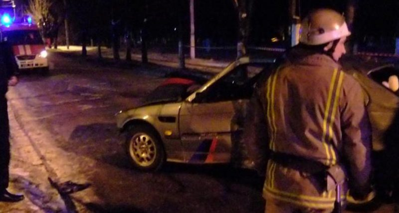 В Шепетівці автомобіль BMW зіткнувся з електричною опорою