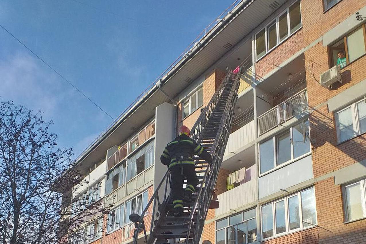 Рятувальники відчинили двері квартири, у якій знаходилася дитина