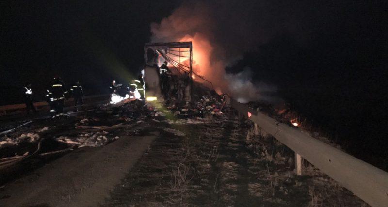Хмельницький район: рятувальники ліквідували пожежу причепу із вживаним одягомХмельницький район: рятувальники ліквідували пожежу причепу із вживаним одягом