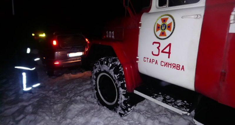 У Старосинявському районі автівка з двома дітьми застрягла у снігових заметах