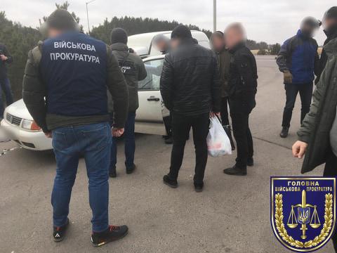 Хмельницькі слідчі ДБР затримали на хабарі полковника з Рівненщини