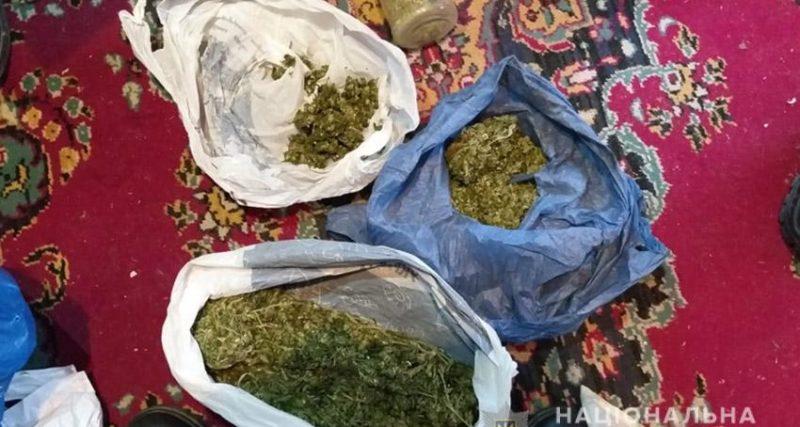 Поліцейські затримали чоловіків, яких підозрюють у збуті наркотиків