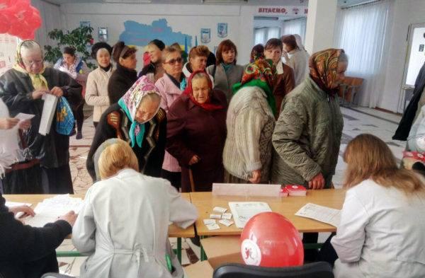 Креативний допис із підтверджуючими світлинами опублікував хмельницький блогер Андрій Попик. За словами активіста, люди вже звикли, що виборцям роздають гречку. А ось робити аналізи виборцям – це рівень ХХІ століття!