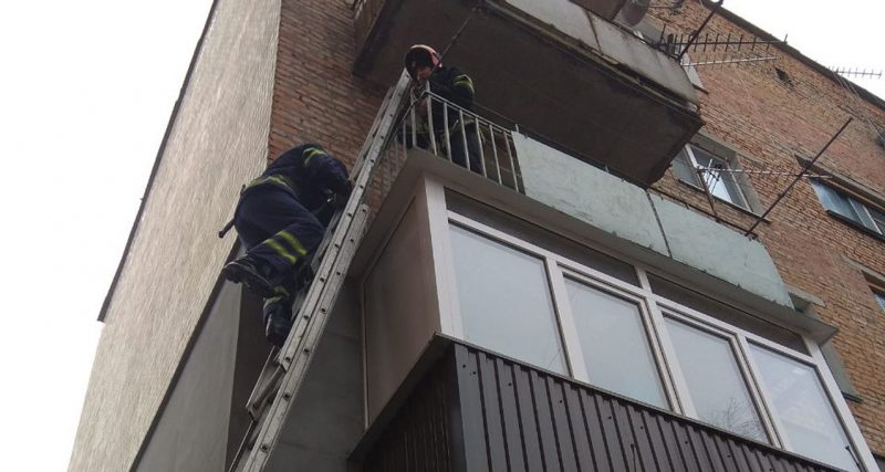 Рятувальники відчинили двері квартири, в якій знаходився хворий чоловік