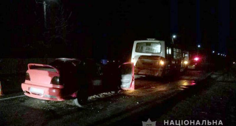 Дорожньо-транспортні пригоди сталися вчора, 4 березня, в м. Хмельницькому та Славутському районі. У результаті ДТП травми отримали троє людей.