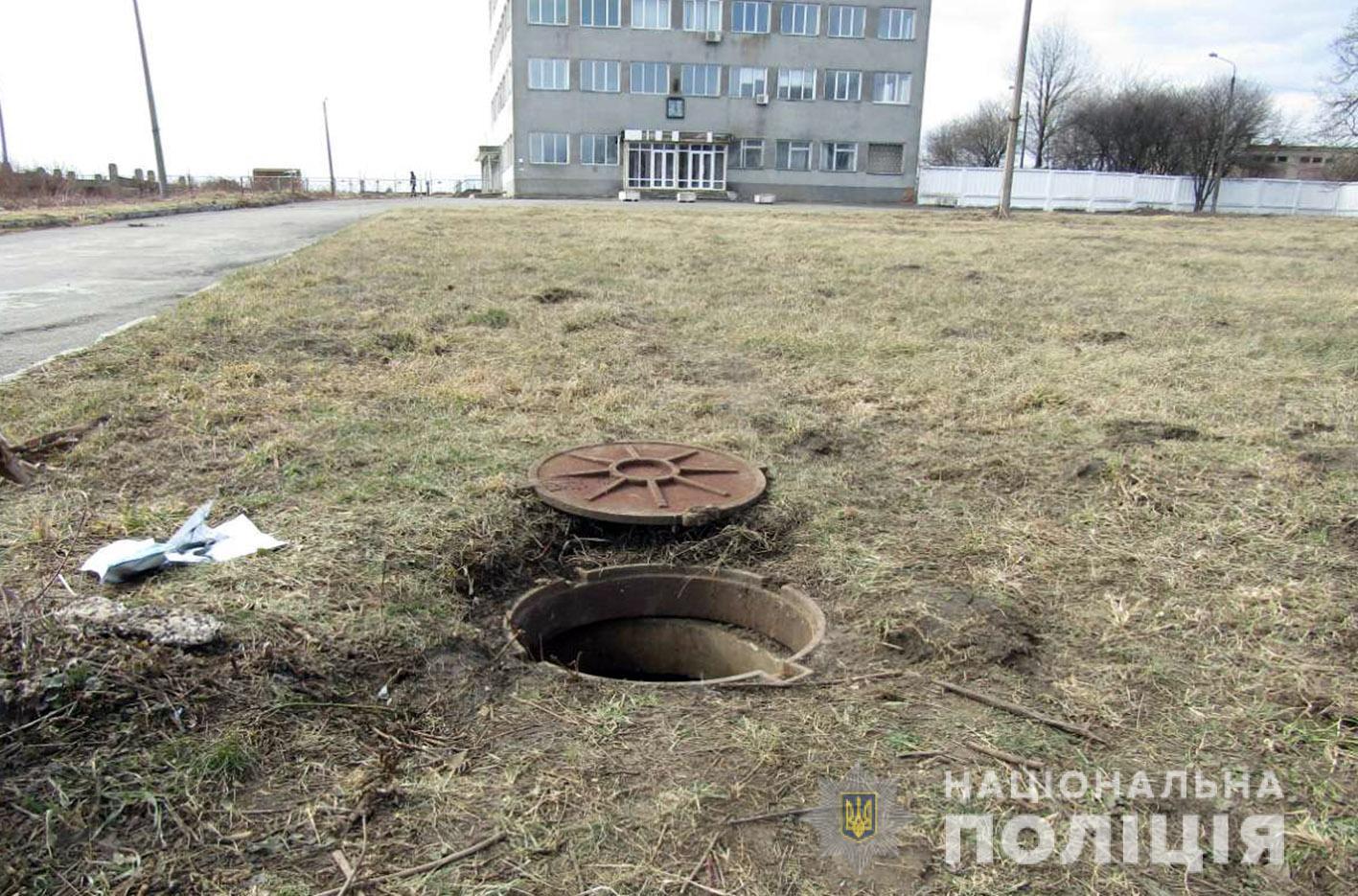 Патрульні затримали трьох чоловіків, які викрали кабель зв'язку з території Хмельницького аеропорту