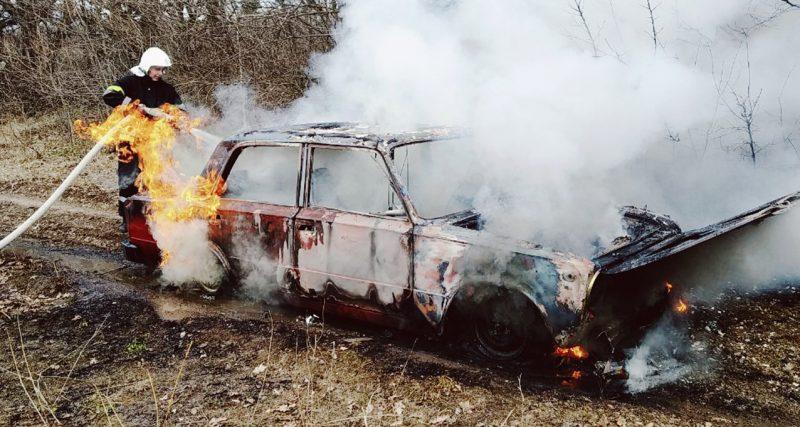 Рятувальники ліквідували пожежу легкового автомобіля ВАЗ 2101
