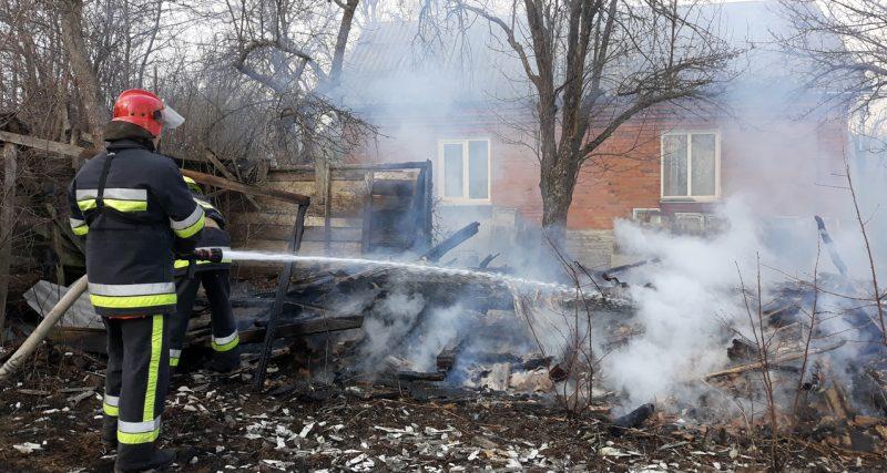 Ярмолинецькі рятувальники ліквідували пожежу господарської споруди
