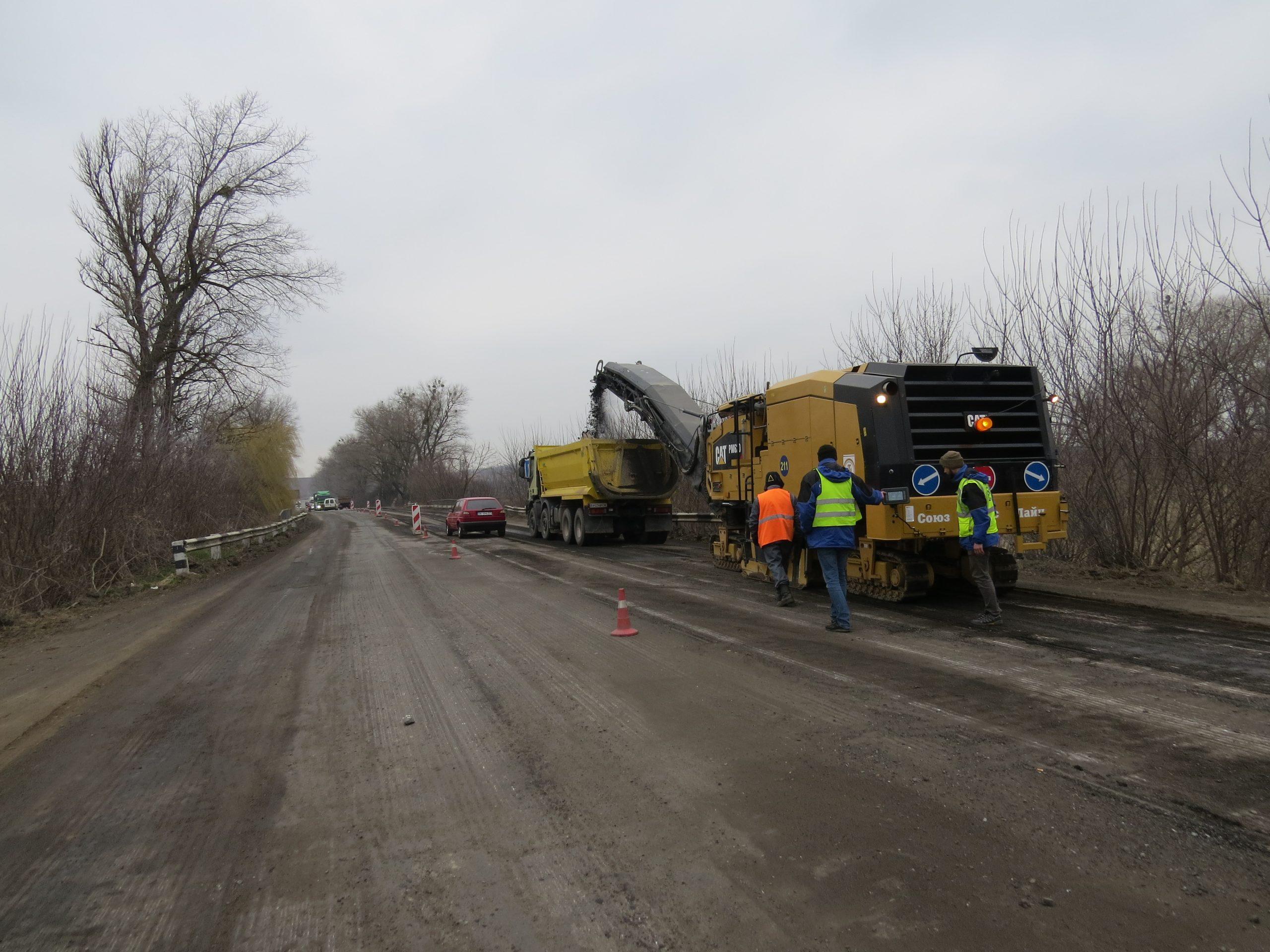 На трьох штучних спорудах автодороги М-12 влаштують нове покриття