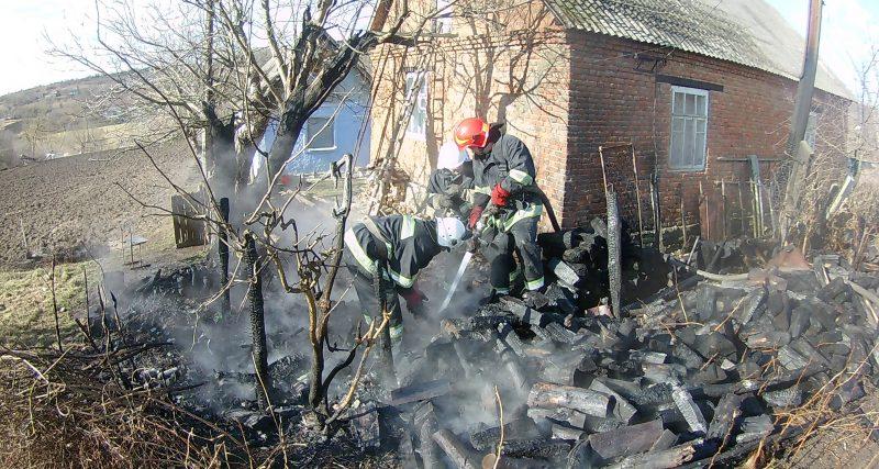 На Кам'янеччині ледь не згорів будинок, а в Славуті дерево розтрощило автівку