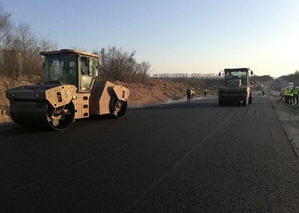 Китайський підрядник розпочав укладання асфальтобетонного покриття на автодорозі М-12