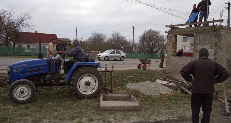 Старокривинські активісти власними силами ремонтують зупинку