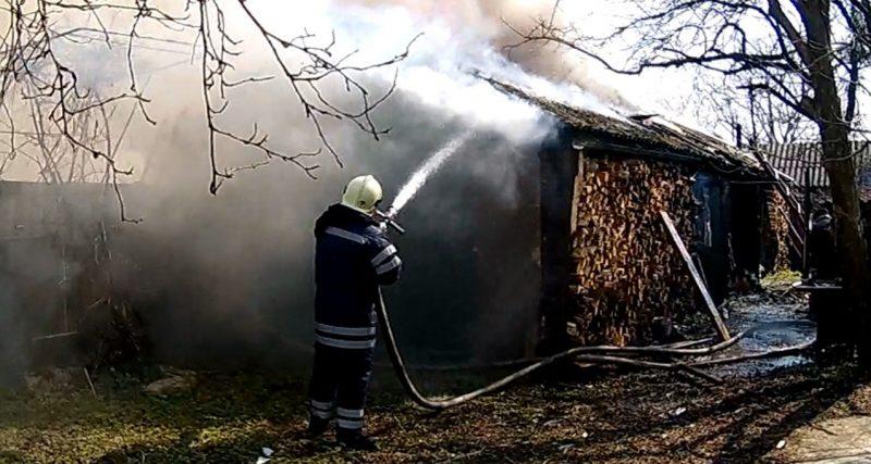 Славута: рятувальники ліквідували пожежу літньої кухні