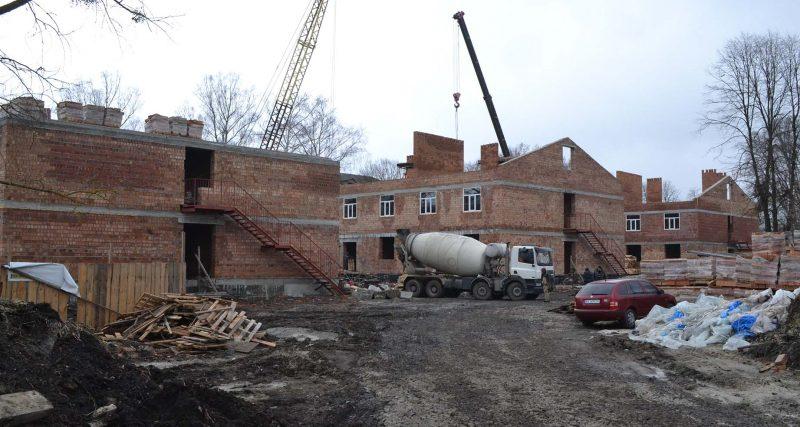 У гарнізонах Хмельницької області продовжується будівництво казарм покращеного планування для військовослужбовців Збройних Сил України.
