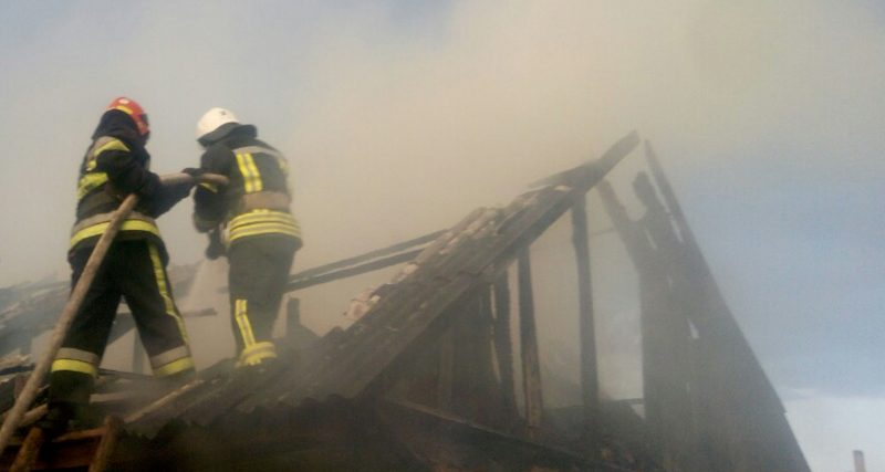 О 19:47 надійшло повідомлення про пожежу господарчої споруди в селі Варивідка. В Славутському районі горів будинок о 11:42 в с. Цвітоха.