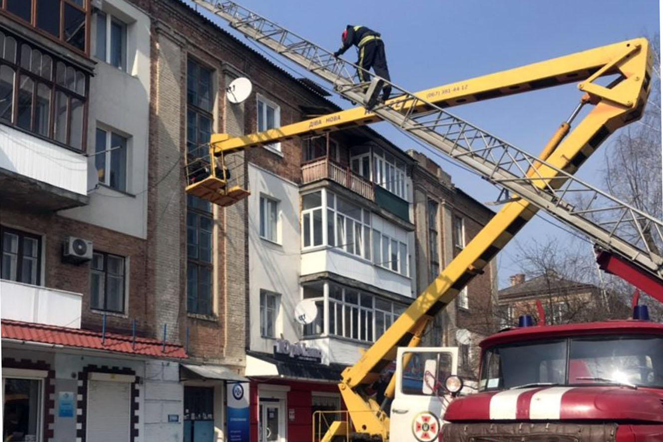 Шепетівські рятувальники діставали чоловіка з даху чотирьох поверхового житлового будинку