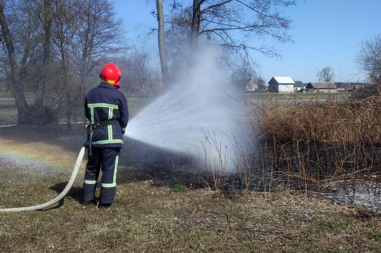 4 квітня рятувальники ліквідували загоряння сухої трави в м.Нетішин та Шепетівському районі