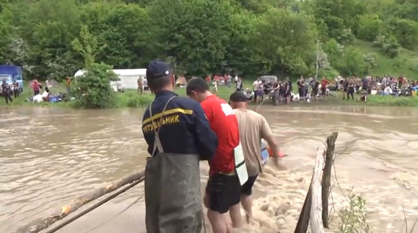 Рятувальники евакуюють дітей через річку Смотрич у Чемеровецькому районі