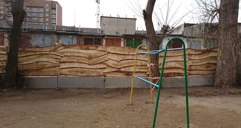 Гаражі будують фактично на прибудинковій території